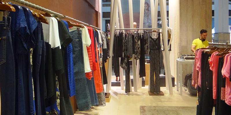 6074aa6970 A marca de roupa feminina tem um espaço exclusivo dentro do Centro  Comercial Alphaville. Lá oferece peças de coleções passadas com descontos de  até 70%.