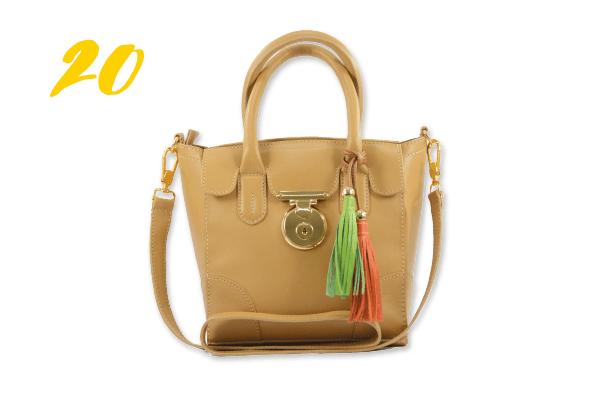 20. Bolsa de couro modelo maleta (R$ 229) e pingente em couro (R$ 39) Rosana Mattua | @rosanamattuaacessorios