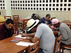 Atividade com os assistidos pela Associação Cáritas, umas das ONGs apoiadas pela Acib