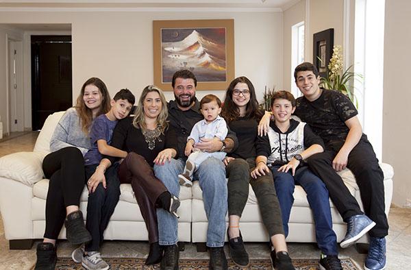Nesta grande família, Amanda e Fábio uniram os filhos de relacionamentos anteriores numa casa só. Da esquerda para a direita: Giulia, Leonardo, Amanda, Fabio, Davi, Isabella, Henrique e Lucas.