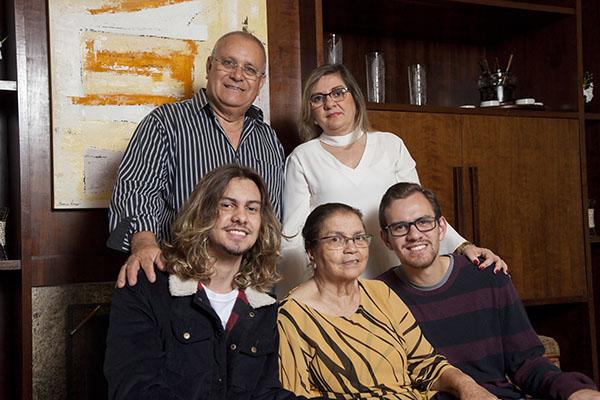 Filhos, pais e avós na mesma casa. Da esquerda para direita: Joel e Leia (acima), Lucas Ivonne e Matheus (abaixo)