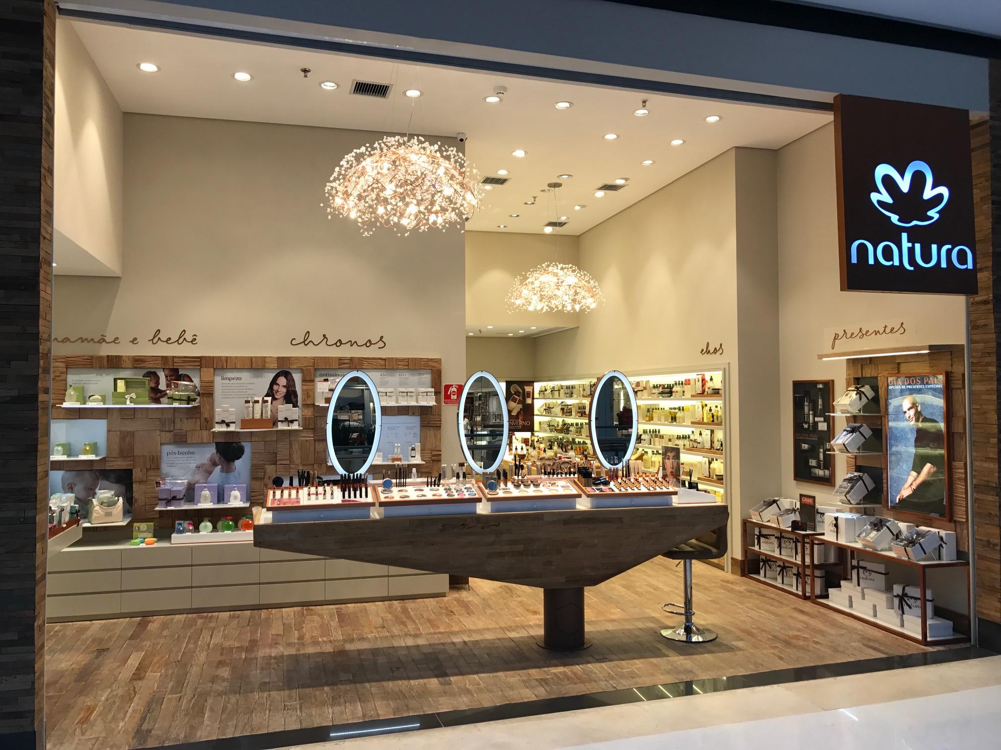2bb7481d9 Recentemente foi inaugurada uma loja da Natura no Iguatemi Alphaville. É a  primeira em Barueri. O espaço conta com bancada de maquiagem, provadores de  ...