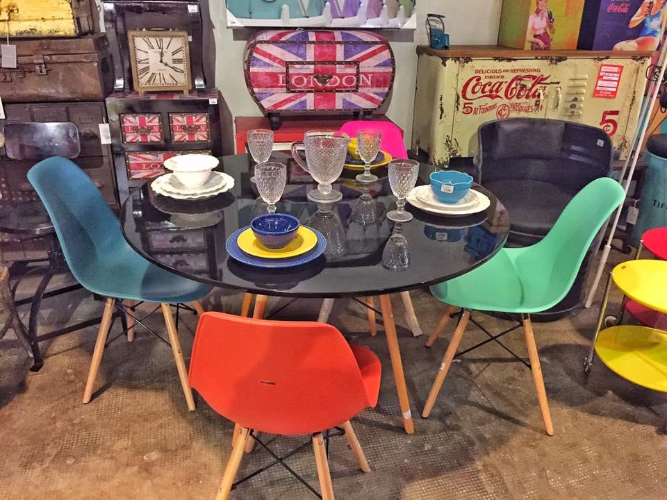3ce3fee2e Recém-inaugurada, a loja é dedicada a móveis e objetos de decoração  nacionais e importados com preços reduzidos. São mais de três mil produtos  a pronta ...
