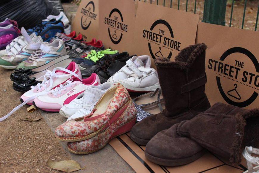 O morador de rua pode provar as roupas e sapatos