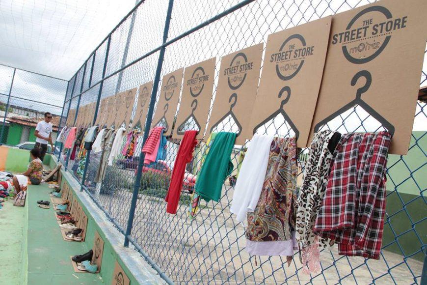 As roupas doadas ficam expostas em cabides