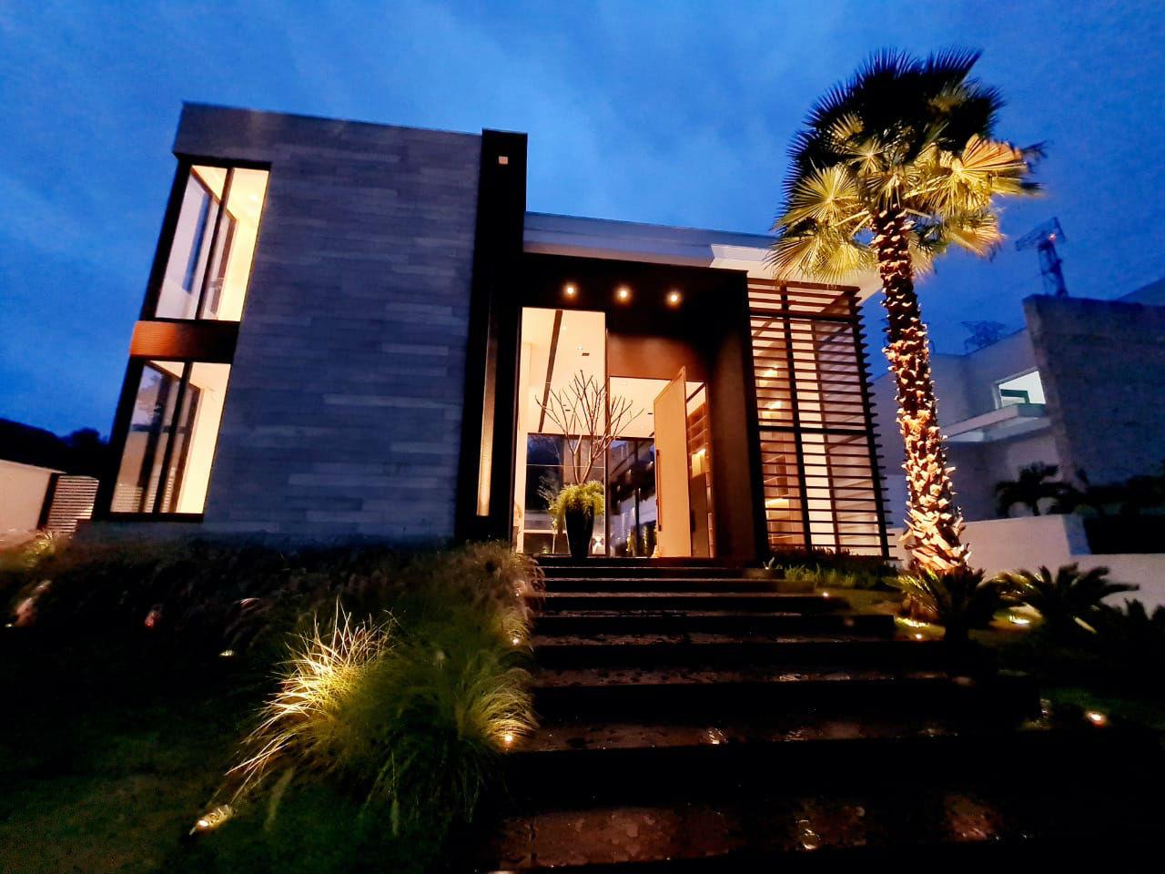 → Tamboré 3 • 1060 m² de terreno • 1000 m² contruídos  • 5 suítes    R$15.000.000